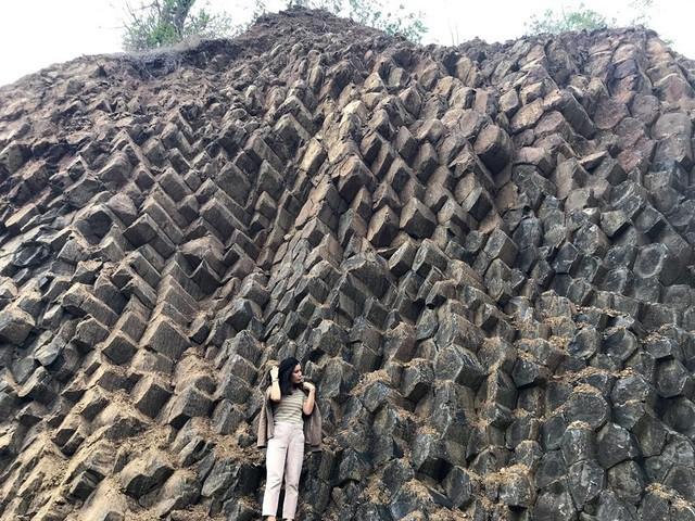 Nhiều vách đá tương tự danh thắng Gành Đá Đĩa mới được phát hiện tại Phú Yên - Ảnh 1.