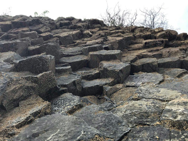 Nhiều vách đá tương tự danh thắng Gành Đá Đĩa mới được phát hiện tại Phú Yên - Ảnh 2.