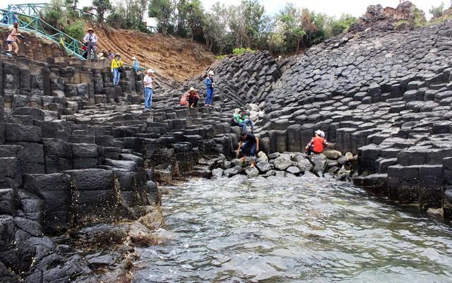Nhiều vách đá tương tự danh thắng Gành Đá Đĩa mới được phát hiện tại Phú Yên - Ảnh 4.