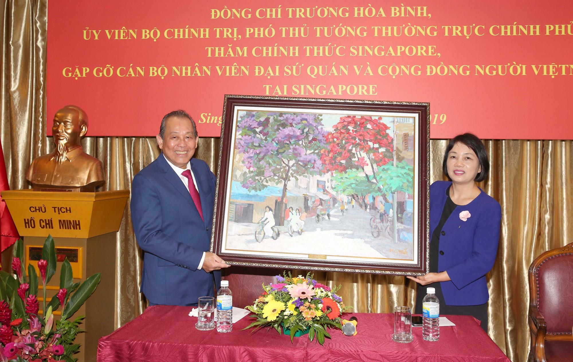 Phó Thủ tướng thăm sứ quán và tọa đàm tại Liên đoàn Sản xuất Singapore - Ảnh 2.