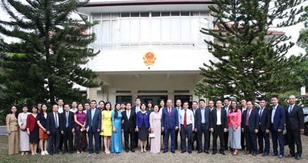 Phó Thủ tướng thăm sứ quán và tọa đàm tại Liên đoàn Sản xuất Singapore - Ảnh 3.