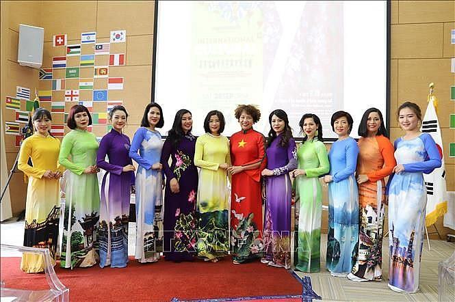 Ấn tượng áo dài Việt Nam trong Ngày hội văn hóa quốc tế tại Nam Phi - Ảnh 1.