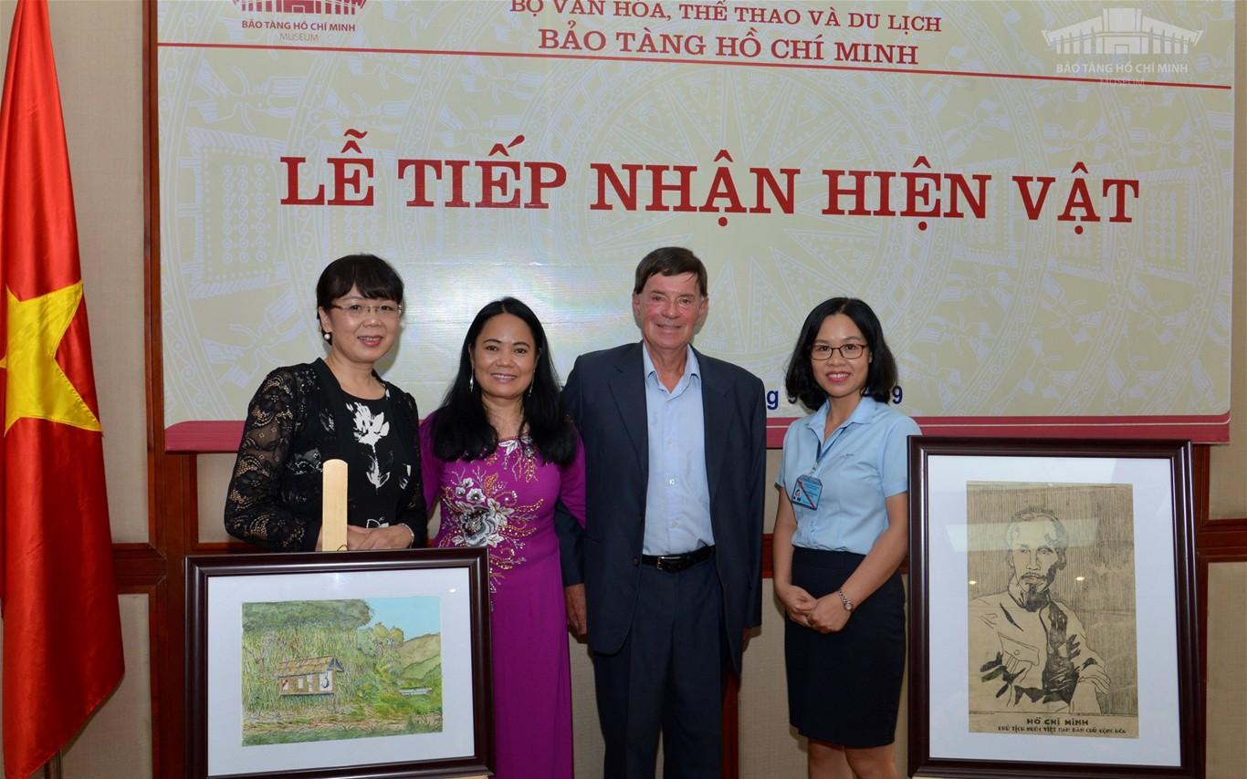 Tiếp nhận tranh cổ động chân dung Chủ tịch Hồ Chí Minh
