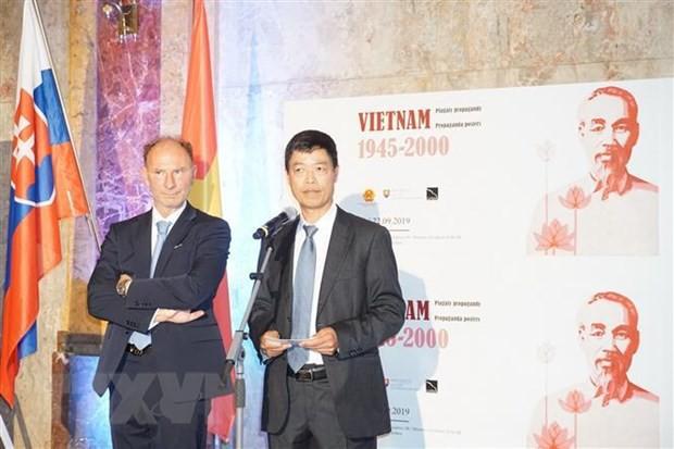 Triển lãm 'Tranh Cổ động Việt Nam, 1945-2000' tại Slovakia - Ảnh 2.
