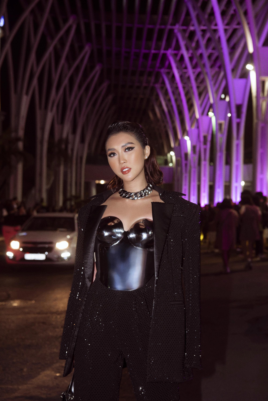 Hoa hậu Tường Linh mặc áo đúc bằng kim loại, nặng 3kg đi sự kiện - Ảnh 1.