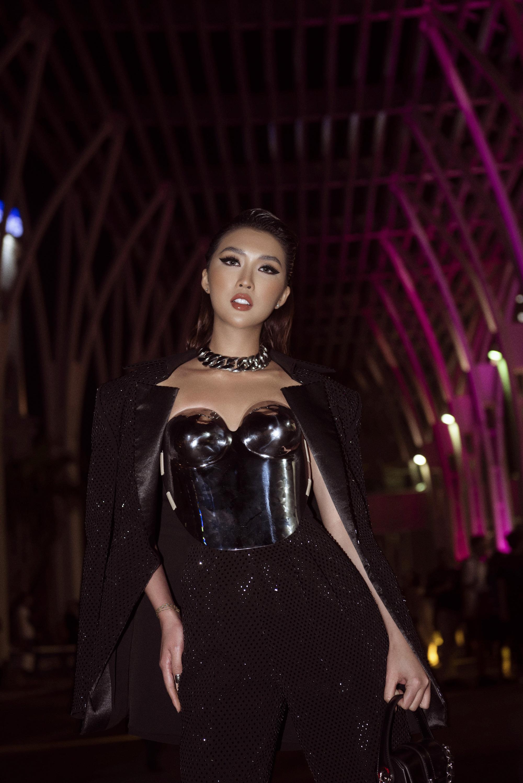 Hoa hậu Tường Linh mặc áo đúc bằng kim loại, nặng 3kg đi sự kiện - Ảnh 2.