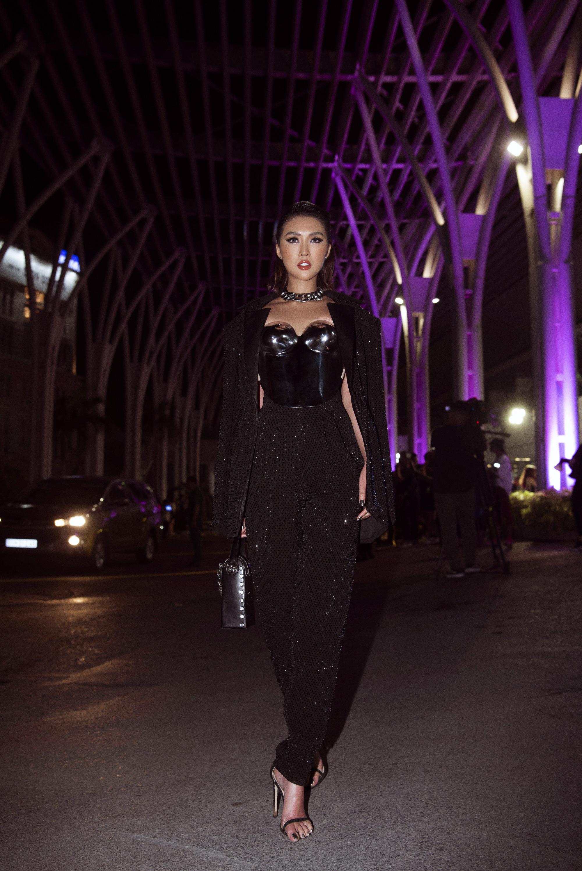 Hoa hậu Tường Linh mặc áo đúc bằng kim loại, nặng 3kg đi sự kiện - Ảnh 3.
