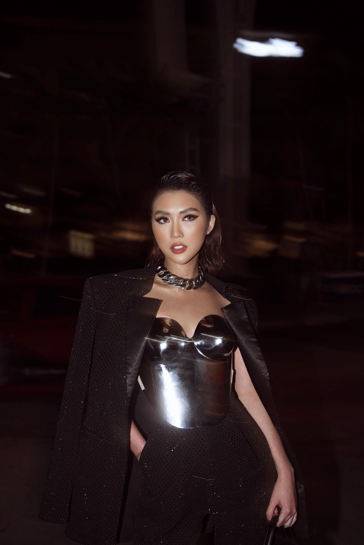 Hoa hậu Tường Linh mặc áo đúc bằng kim loại, nặng 3kg đi sự kiện - Ảnh 4.