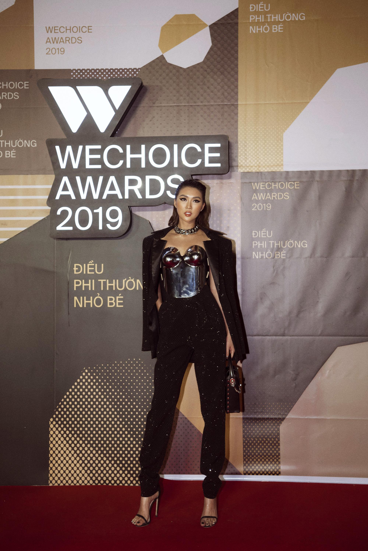 Hoa hậu Tường Linh mặc áo đúc bằng kim loại, nặng 3kg đi sự kiện - Ảnh 6.