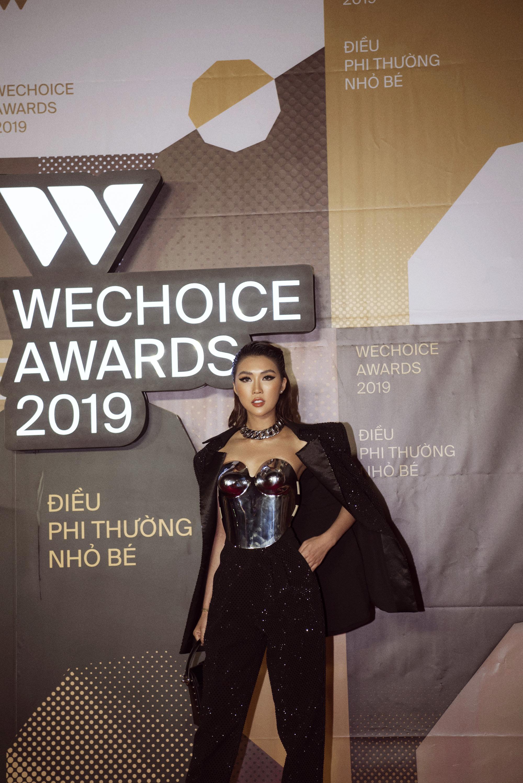 Hoa hậu Tường Linh mặc áo đúc bằng kim loại, nặng 3kg đi sự kiện - Ảnh 7.