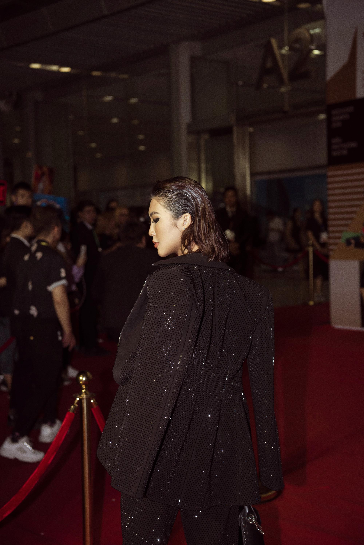 Hoa hậu Tường Linh mặc áo đúc bằng kim loại, nặng 3kg đi sự kiện - Ảnh 8.