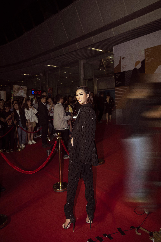 Hoa hậu Tường Linh mặc áo đúc bằng kim loại, nặng 3kg đi sự kiện - Ảnh 9.