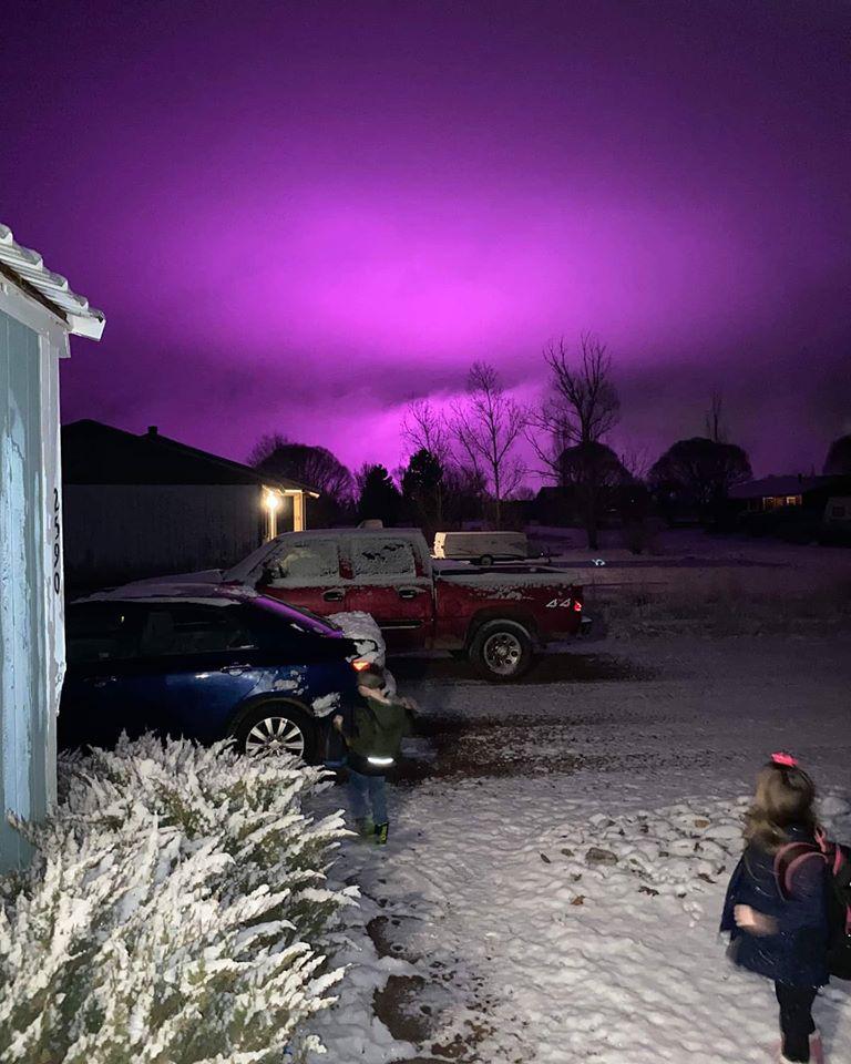 Trại trồng cần sa khiến bầu trời ở Mỹ nhuộm một màu tím đậm - Ảnh 1.