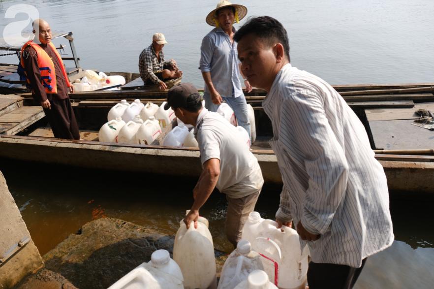 """Người Sài Gòn thả hàng trăm ký cá ngày 23 tháng Chạp: Ông Táo """"chưa kịp cưỡi về trời"""" thì cá đã bị chích điện - Ảnh 1."""