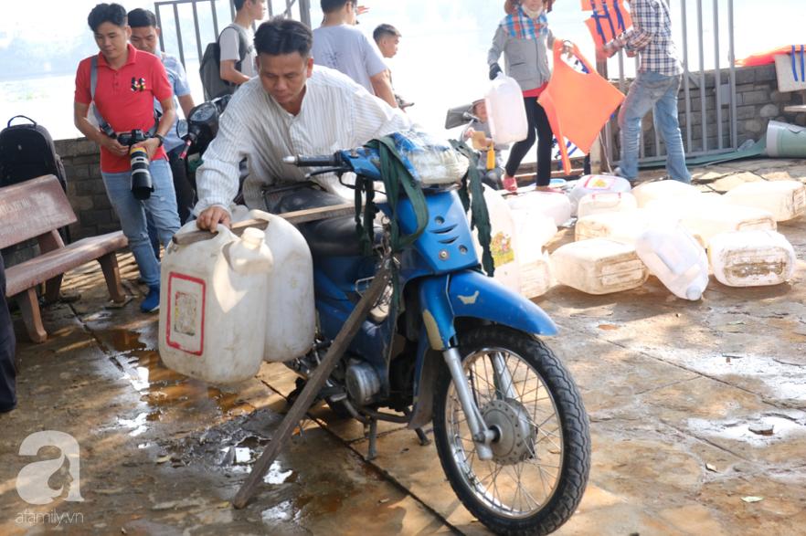 """Người Sài Gòn thả hàng trăm ký cá ngày 23 tháng Chạp: Ông Táo """"chưa kịp cưỡi về trời"""" thì cá đã bị chích điện - Ảnh 6."""