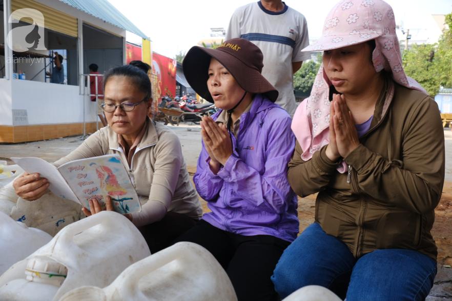 """Người Sài Gòn thả hàng trăm ký cá ngày 23 tháng Chạp: Ông Táo """"chưa kịp cưỡi về trời"""" thì cá đã bị chích điện - Ảnh 7."""
