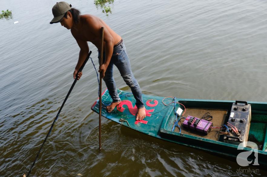 """Người Sài Gòn thả hàng trăm ký cá ngày 23 tháng Chạp: Ông Táo """"chưa kịp cưỡi về trời"""" thì cá đã bị chích điện - Ảnh 9."""