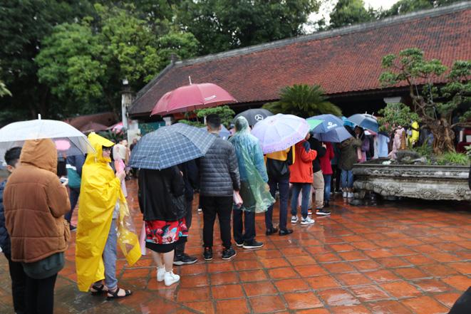 Người Hà Nội đội mưa đến Văn Miếu xin chữ đầu năm - Ảnh 2.