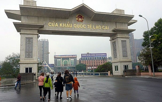 Lào Cai tạm ngừng xuất, nhập cảnh khách du lịch qua cửa khẩu - Ảnh 1.