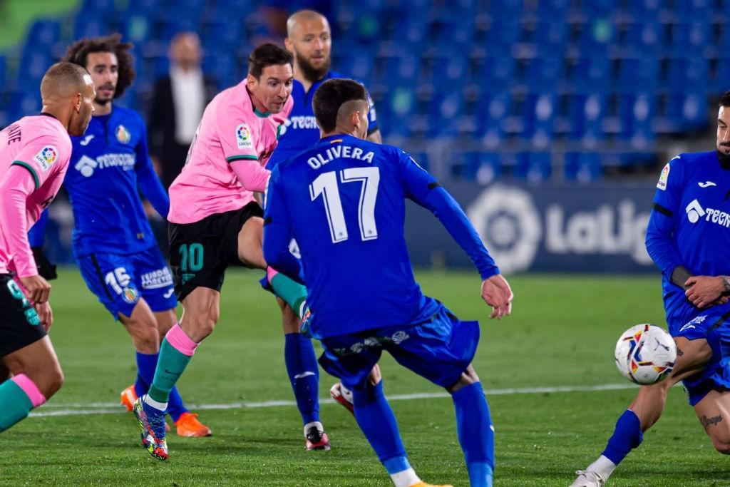 Messi bị đánh cùi chỏ, nằm sân đau đớn trong thất bại bất ngờ của Barcelona - Ảnh 7.