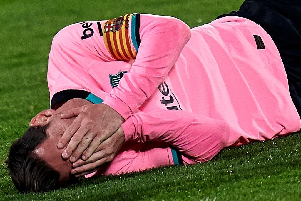 Messi bị đánh cùi chỏ, nằm sân đau đớn trong thất bại bất ngờ của Barcelona - Ảnh 3.