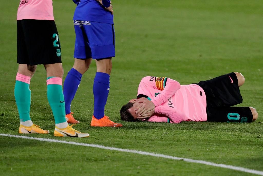 Messi bị đánh cùi chỏ, nằm sân đau đớn trong thất bại bất ngờ của Barcelona - Ảnh 2.
