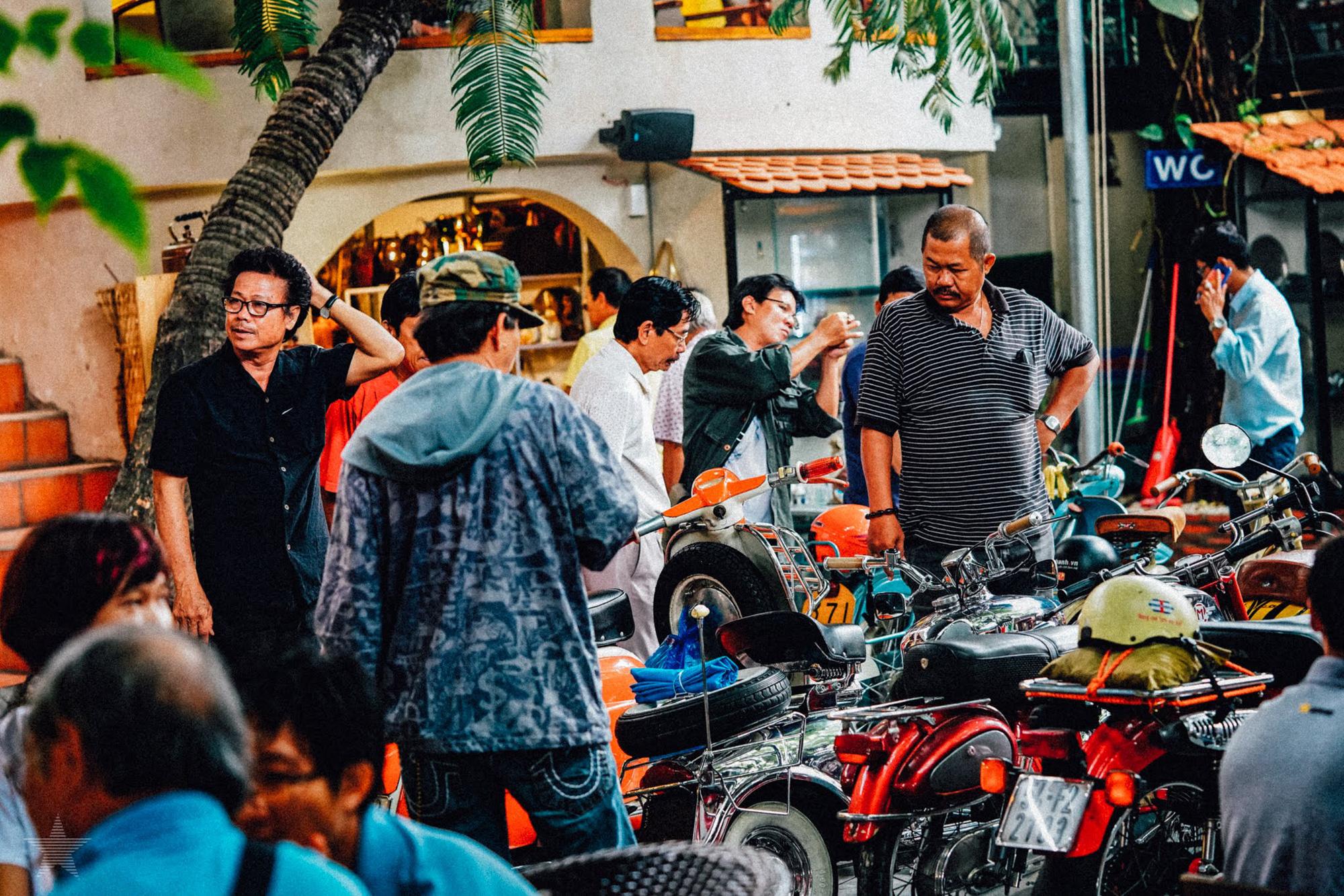 Những quán cà phê, tàu hũ độc lạ trang trí bằng xe cổ ở Sài Gòn - Ảnh 1.