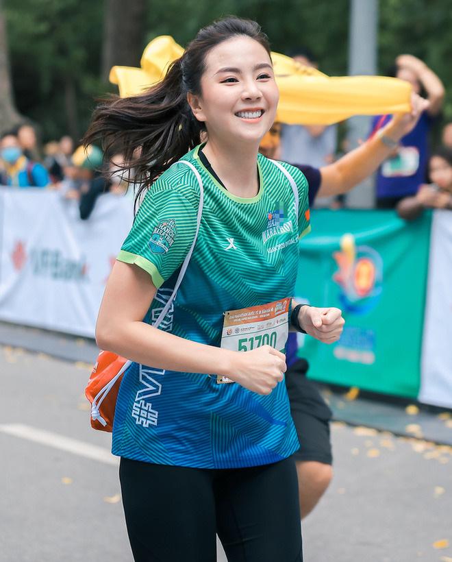 Hoa hậu Mai Phương Thúy nổi bật trên đường chạy - Ảnh 10.