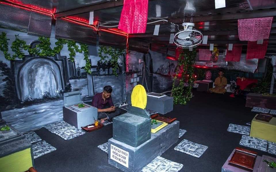 """Chủ quán cà phê theo phong cách """"âm phủ"""" tại Sài Gòn khóc ròng vì hành động phản cảm của khách"""