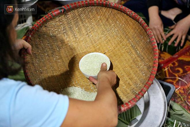 Người Hà Nội tập trung tại chùa, trắng đêm nấu bánh chưng gửi đến đồng bào miền Trung  - Ảnh 9.