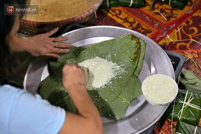 Người Hà Nội tập trung tại chùa, trắng đêm nấu bánh chưng gửi đến đồng bào miền Trung  - Ảnh 10.