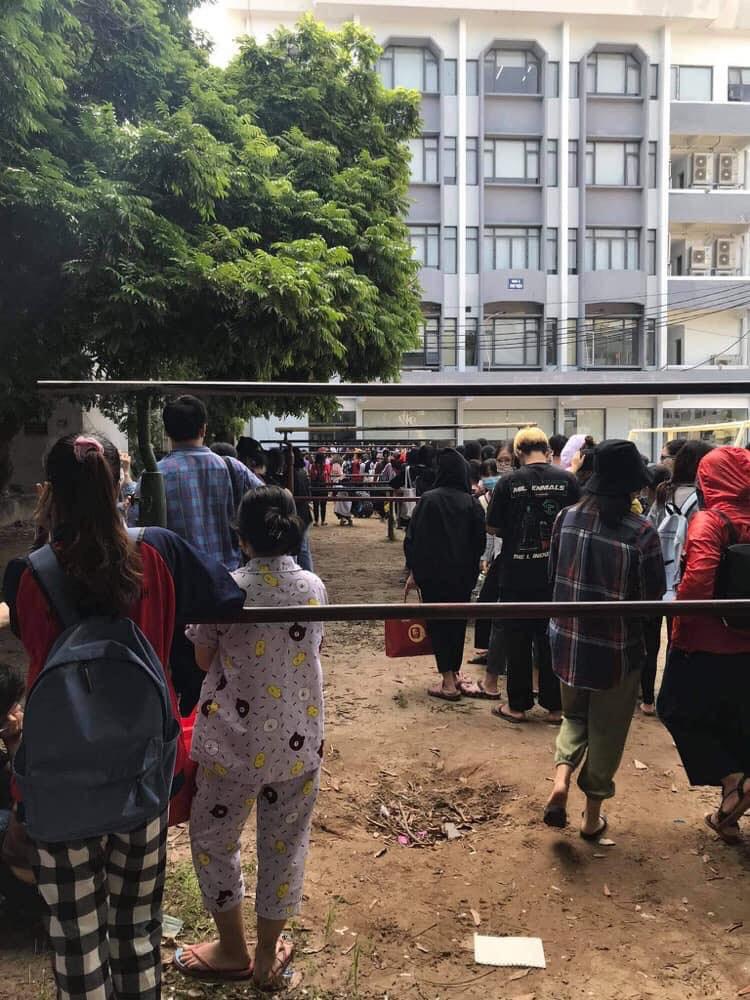 Trường ĐH ham học nhất Hà Nội: Sinh viên xếp hàng dài chờ đến lượt mượn sách - Ảnh 1.