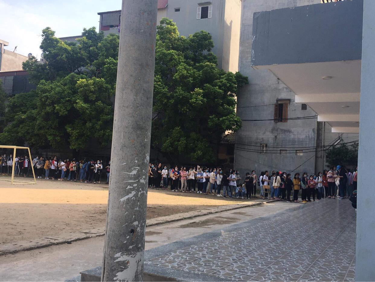 Trường ĐH ham học nhất Hà Nội: Sinh viên xếp hàng dài chờ đến lượt mượn sách - Ảnh 6.