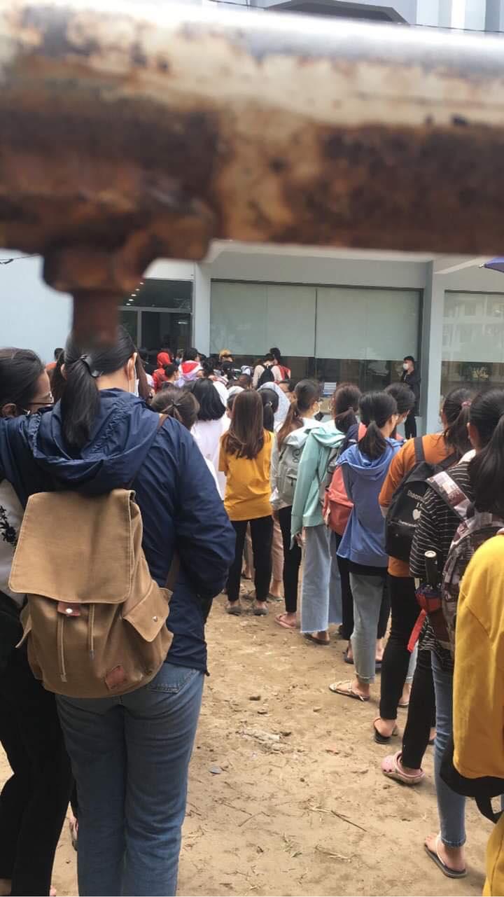 Trường ĐH ham học nhất Hà Nội: Sinh viên xếp hàng dài chờ đến lượt mượn sách - Ảnh 3.