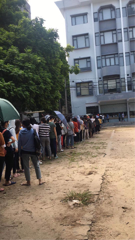Trường ĐH ham học nhất Hà Nội: Sinh viên xếp hàng dài chờ đến lượt mượn sách - Ảnh 2.