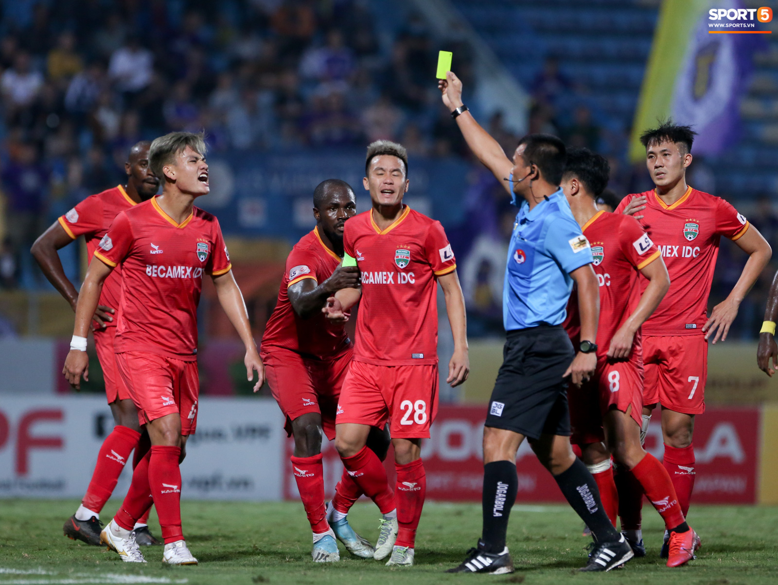 Quang Hải đòi trọng tài rút thẻ phạt cho bạn cũ ở U23 Việt Nam sau pha phạm lỗi nguy hiểm - Ảnh 4.