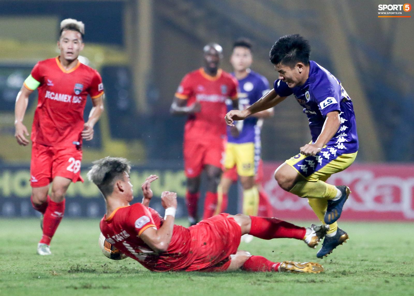 Quang Hải đòi trọng tài rút thẻ phạt cho bạn cũ ở U23 Việt Nam sau pha phạm lỗi nguy hiểm - Ảnh 1.