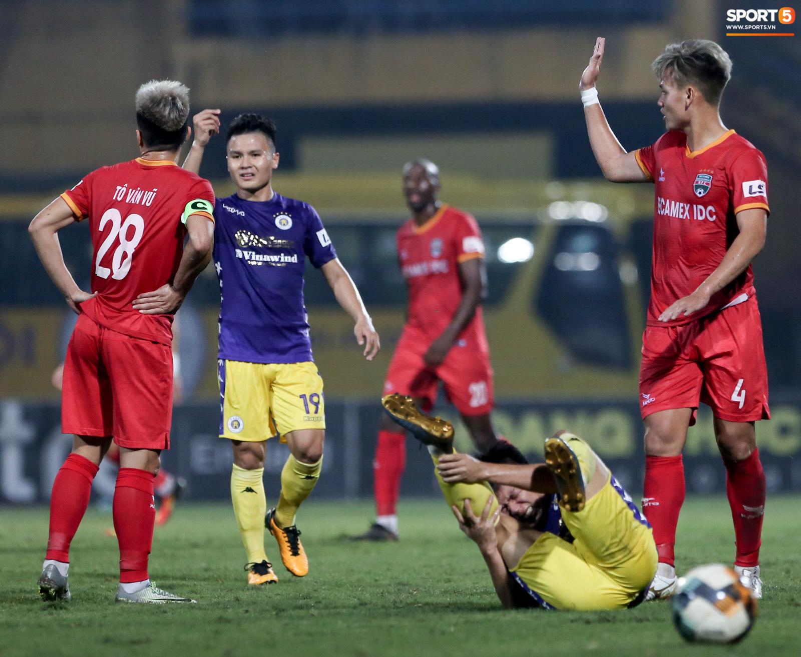 Quang Hải đòi trọng tài rút thẻ phạt cho bạn cũ ở U23 Việt Nam sau pha phạm lỗi nguy hiểm - Ảnh 2.