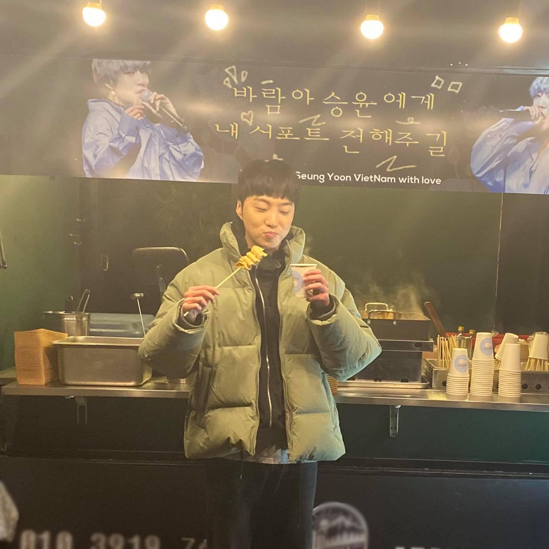 """V-netizens mới kết nạp thêm 1 """"con rể Việt Nam"""": Tự khoe ảnh thưởng thức đồ ăn do fan Việt tặng, cưng quá trời! - Ảnh 2."""