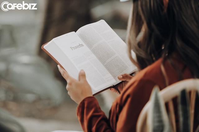 Ngộ độc khi đọc sách self-help: Đọc với trí tuệ tỉnh táo và khoa học, tránh ngây ngất, chìm đắm vào những lời tán dương thiếu thực tế... - Ảnh 1.
