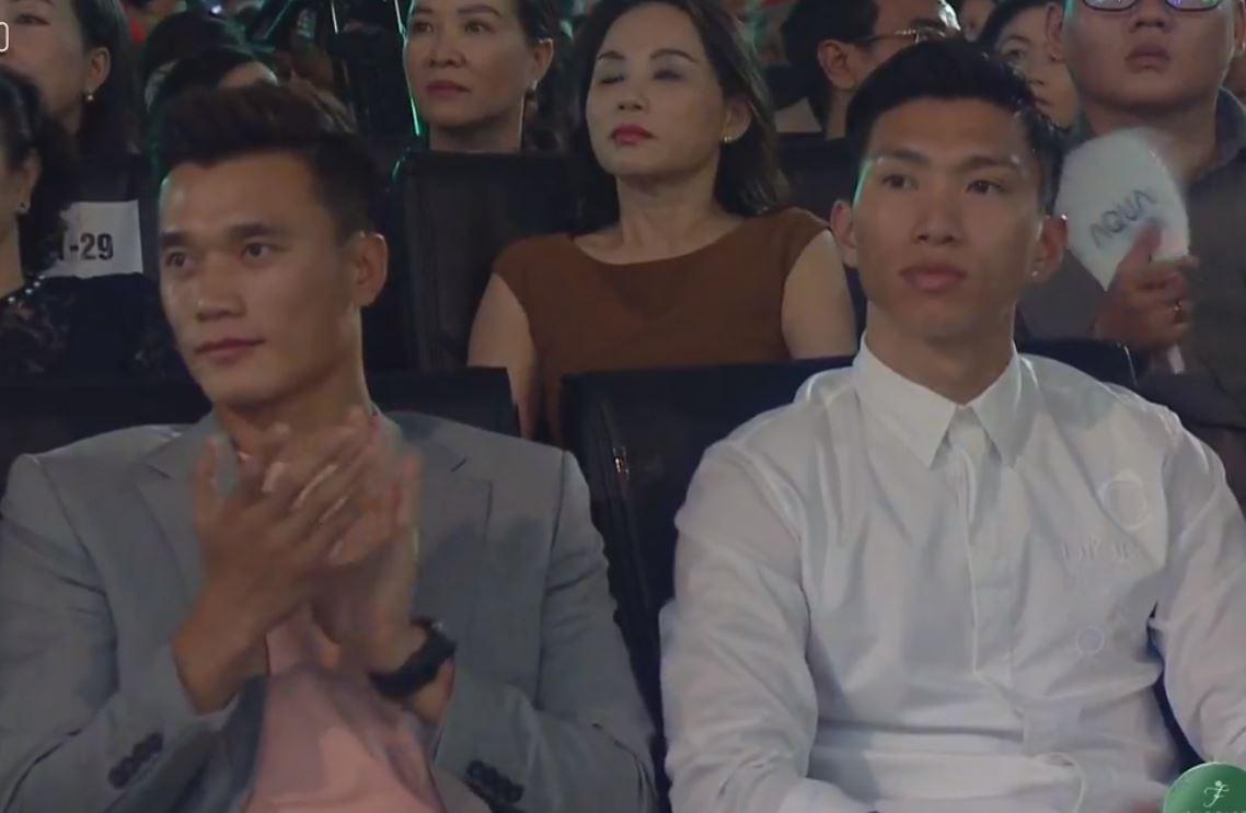 Tiến Dũng, Văn Hậu bất ngờ xuất hiện tại chung kết Hoa hậu Việt Nam 2020 - Ảnh 1.