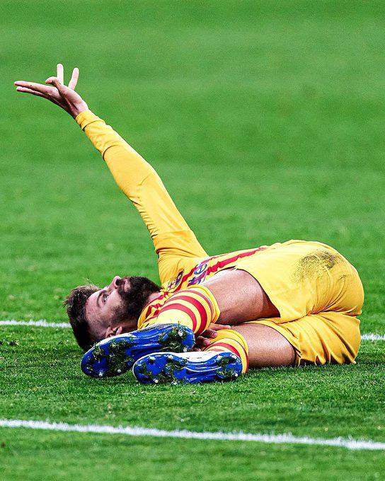 Pique bật khóc rời sân vì chấn thương sau pha va chạm rùng rợn - Ảnh 3.