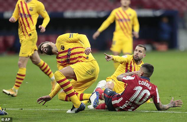Pique bật khóc rời sân vì chấn thương sau pha va chạm rùng rợn - Ảnh 2.