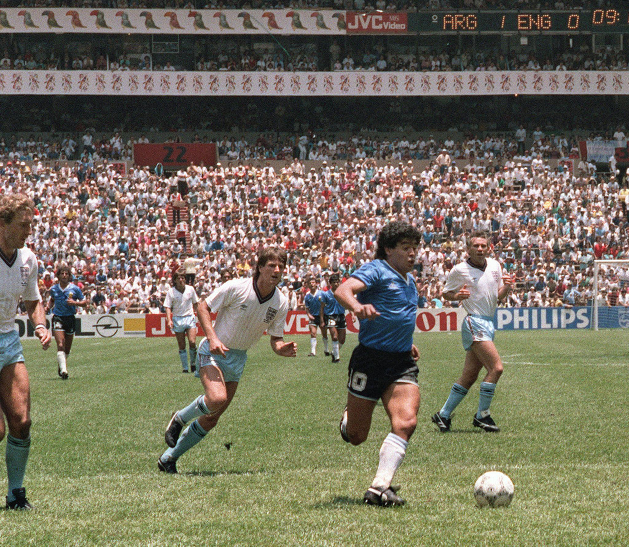 Cuộc đời Maradona qua ảnh: Đầy vinh quang nhưng cũng lắm tranh cãi - Ảnh 2.