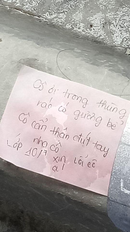 Chắc hẳn cô lao công sẽ vui biết mấy sau khi đọc được những nội dung này trong mẩu giấy nhắn để lại phía trên nóc thùng rác - Ảnh 2.