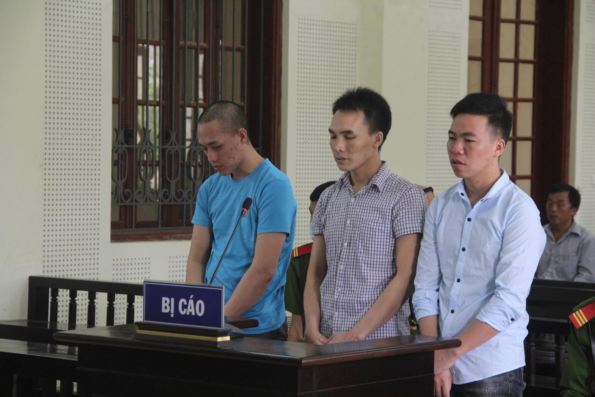 Nhận án tử hình, 3 kẻ xách thuê ma túy bật khóc nức nở ở tòa - Ảnh 1.