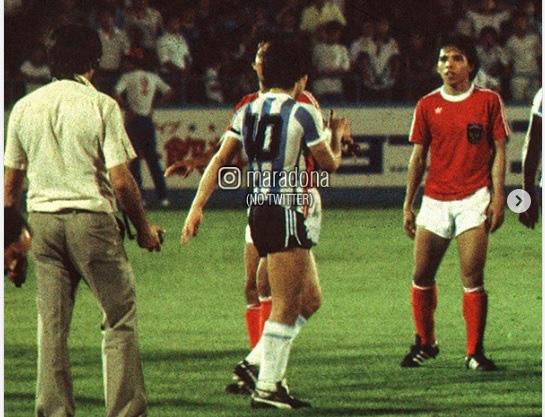 """Maradona từng làm cả đội Indonesia trố mắt, đứng im như tượng nhờ cú tâng bóng """"ma thuật - Ảnh 4."""