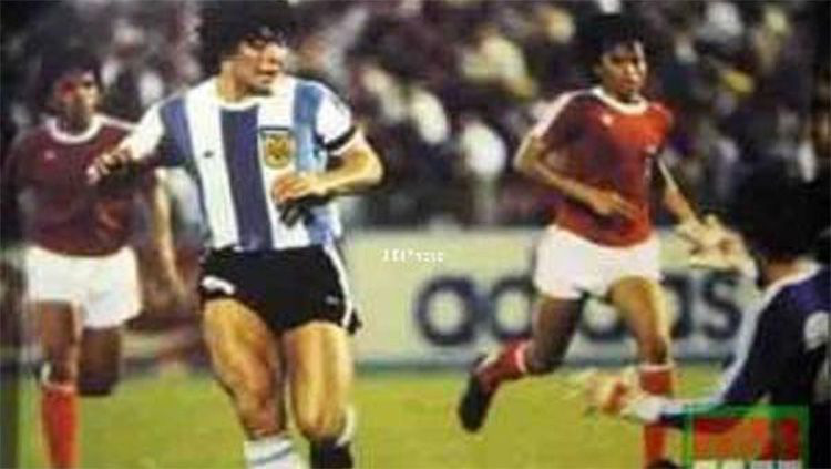 """Maradona từng làm cả đội Indonesia trố mắt, đứng im như tượng nhờ cú tâng bóng """"ma thuật - Ảnh 3."""