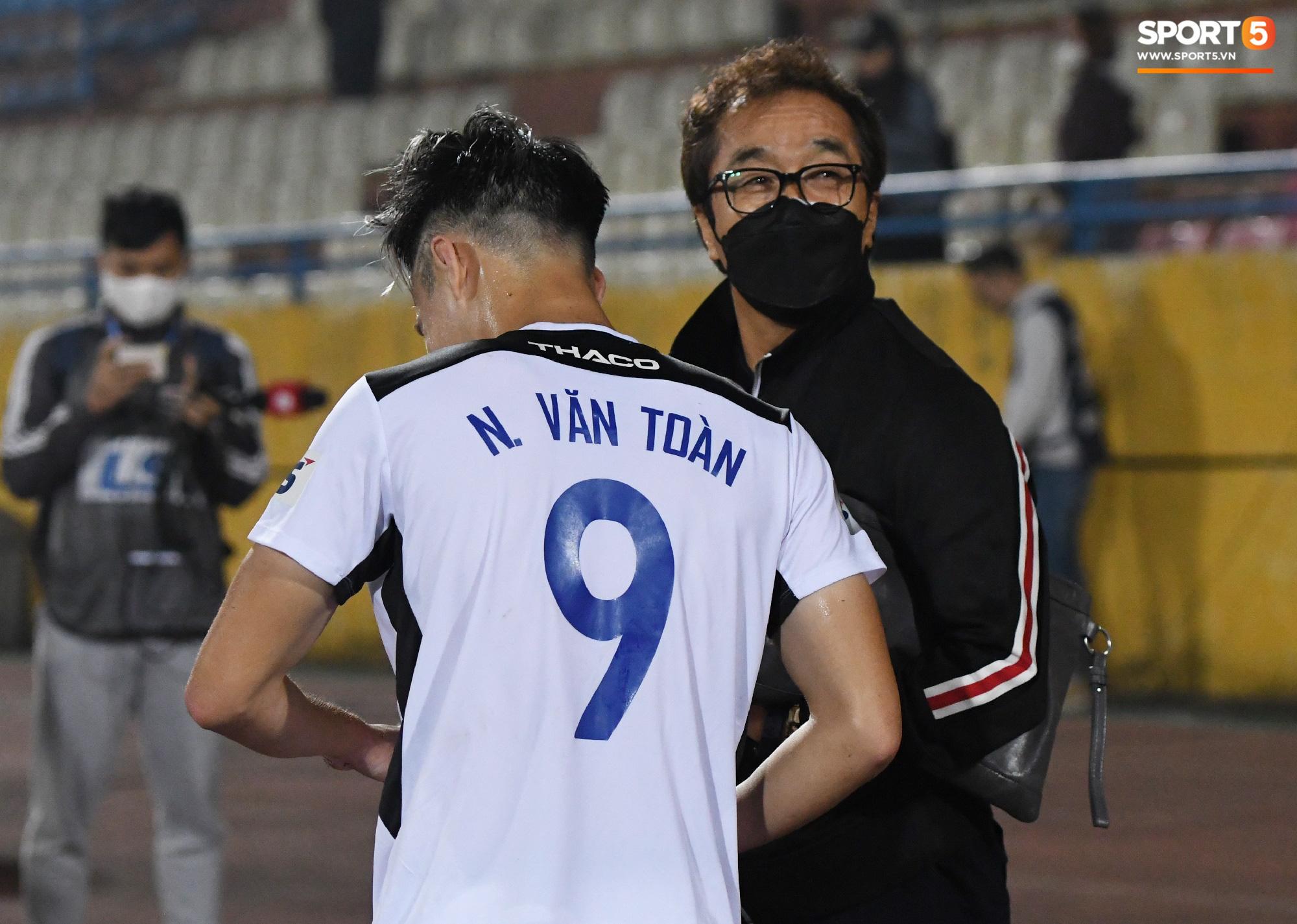 """Nhận là """"con trai"""" trợ lý Lee Young-jin, Văn Toàn bị dọa cho chạy 25 vòng làm mẫu khi lên ĐTQG - Ảnh 3."""