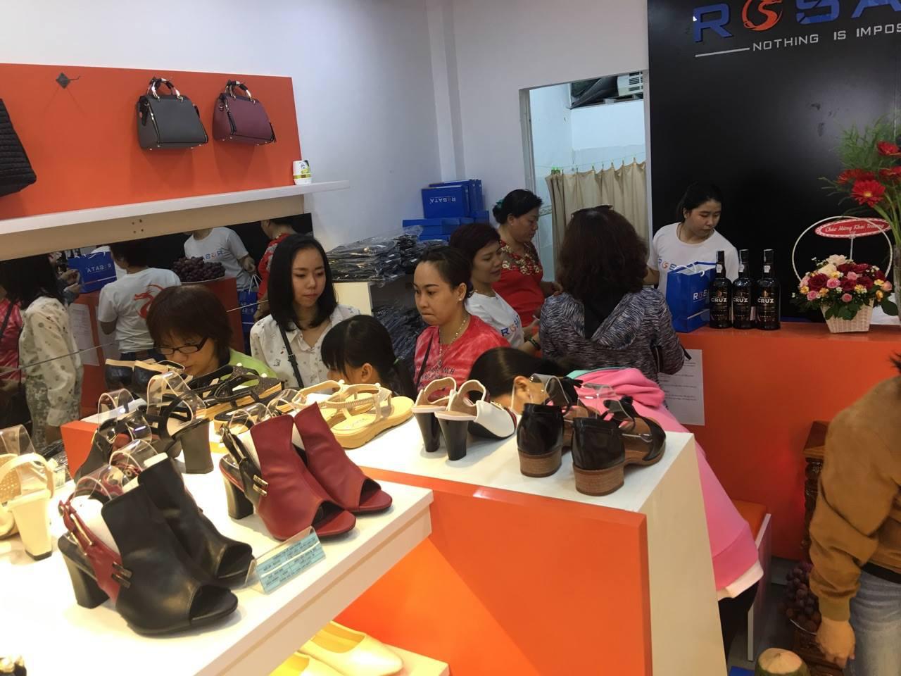 Mạo hiểm bỏ việc lương nghìn đô tập đoàn lớn về bán giày dép nữ, kỹ sư điện đạt doanh thu hàng chục tỷ đồng/năm - Ảnh 1.